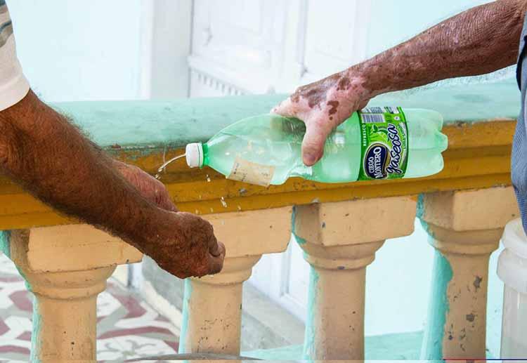 El cuidado y protección de los adultos mayores que van a las casas de abuelos es prioridad de todos los que allí laboran, ante la presencia del COVID-19, en Pinar del Río, Cuba, 25 de marzo de 2020