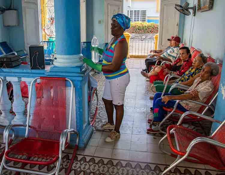 El cuidado y protección de los adultos mayores que van a las casas de abuelos es prioridad de todos los que allí laboran, ante la presencia del COVID-19, en Pinar del Río, Cuba, 25 de marzo de 2020. ACN FOTO/Rafael FERNÁNDEZ ROSELL.