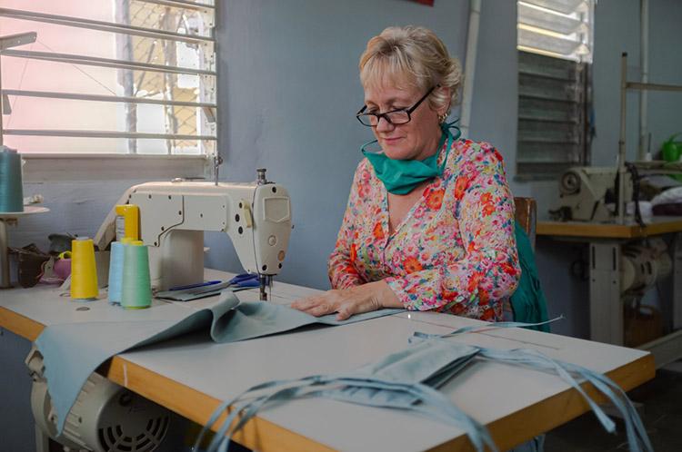 """Esta costurera, del taller """"Ilusión"""", labora sin cesar con una producción diaria de más de 50 nasobucos."""