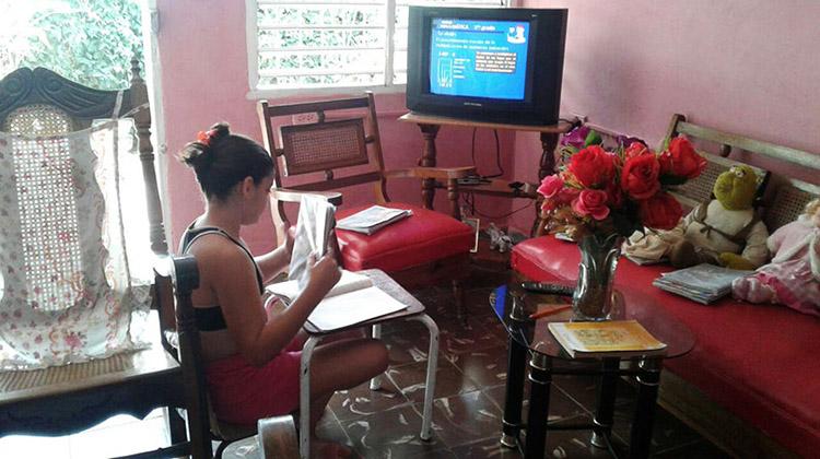 Patricia en sus estudios desde casa