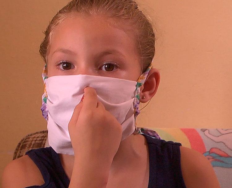 La pequeña explica el tratamiento médico que recibía durante su hospitalización. / Foto: Pedro Paredes Hernández