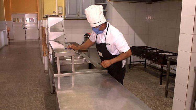 La limpieza de todas las superficies incluye la desinfección con hipoclorito de sodio