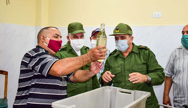 Julio César Rodríguez Pimentel, miembro del Comité Central del Partido y Primer Secretario en Pinar del Río y Rubén Ramos Moreno, Gobernador de la provincia, recorrieron la fábrica durante la reapertura y comprobaron la calidad de los procesos productivos.