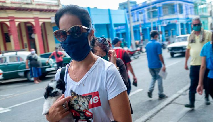 Mujer con nasobuco en Pinar del Río