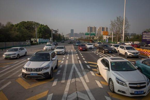 Decenas de vehículos en una de las principales carreteras de Wuhan tras el fin del confinamiento (ROMAN PILIPEY / EFE)