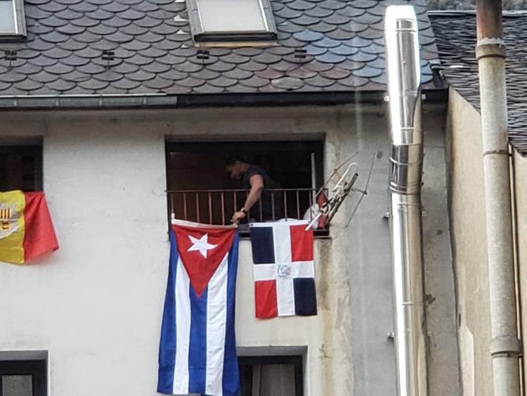 En algunas ventanas del Principado de Andorra ya ondean juntas la bandera de esas tierras y la cubana.