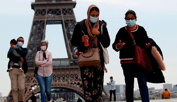Personas con mascarilla caminan por la plaza Trocadero, cerca de la Torre Eiffel, en París (Francia), el 16 de mayo de 2020. / Foto: Reuters