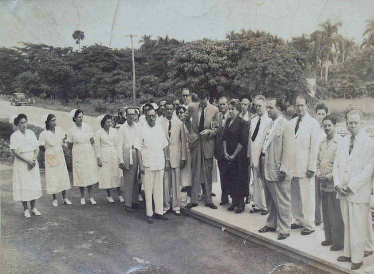 Al centro, el Ministro de Salubridad doctor José Raimundo Andreu en la época fundacional del centro hospitalario.