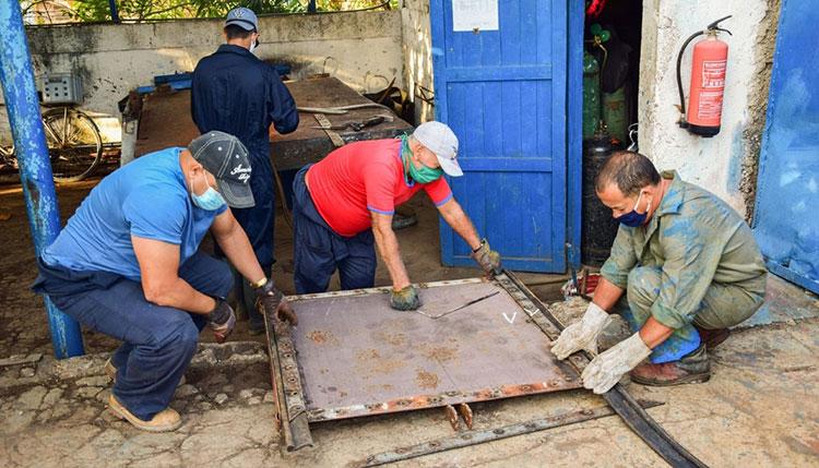 Trabajadores de la brigada electromecánica confeccionan unas compuertas para el canal Herradura-San Diego