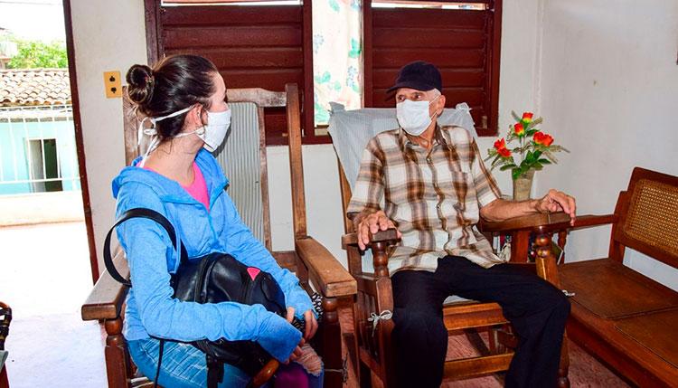 La entrega de fármacos a ancianos que viven solos es una de las tareas asumidas por la UJC para hacer frente a la COVID-19 / Foto: Januar Valdés Barrios
