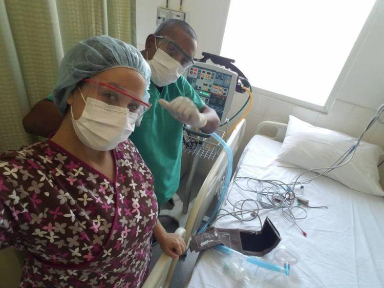 Arletys de la Caridad Reinoso Lezcano en Haiti junto a medico haitiano