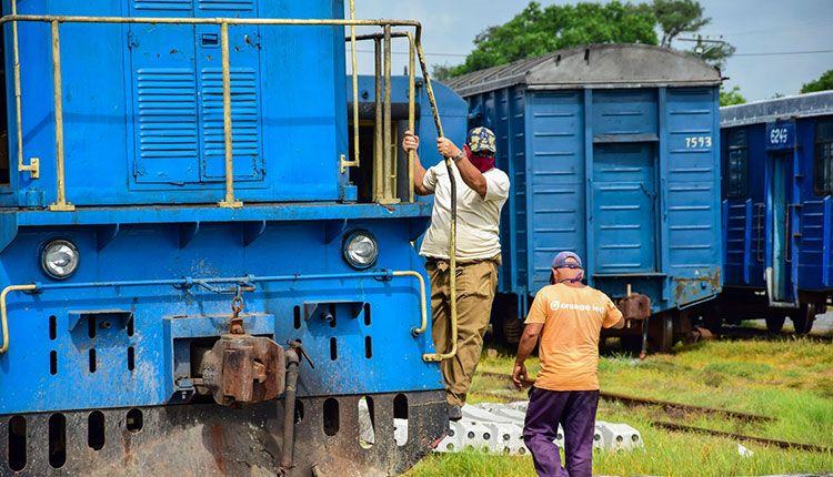 Los obreros ferroviarios no detienen su labor en estos días de contingencia epidemiológica / Foto: Januar Valdés Barrios