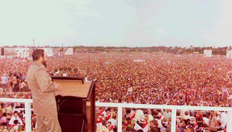 Fidel pronuncia un discurso durante el acto por el XXIII aniversario del asalto a los Cuarteles Moncada y Carlos Manuel de Céspedes en la provincia de Pinar del Río, 26 de julio de 1976. / Foto: Estudios Revolución / Fidel Soldado de las Ideas