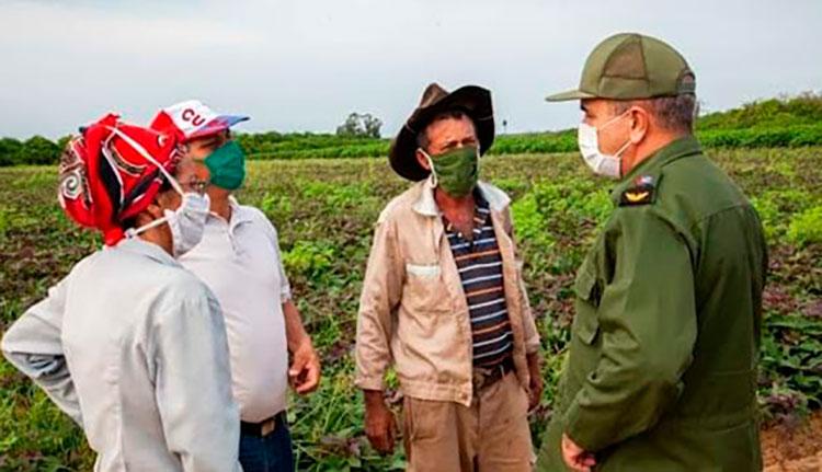 Campesinos conversan con las principales autoridades de la provincia