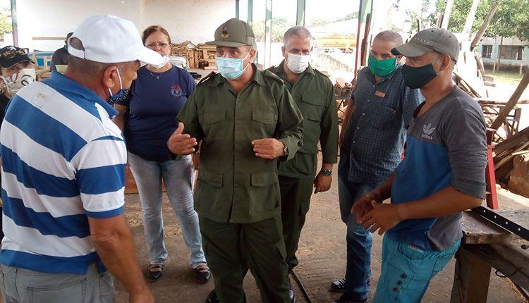 Visita presidente del Consejo de Defensa Provincial grupos de creación en Pinar del Río
