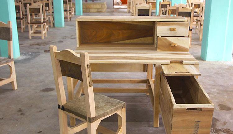 El nuevo mobiliario aguarda por las operadoras y el aroma a tabaco