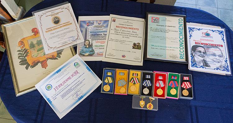 Con orgullo muestra sus medallas y reconocimientos, frutos del trabajo de toda la vida