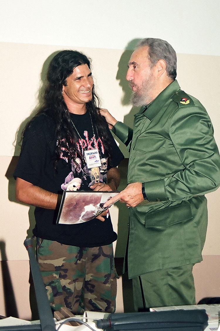 Junto a Kiko en el momento en que le obsequiaba una revista de rock cubano.