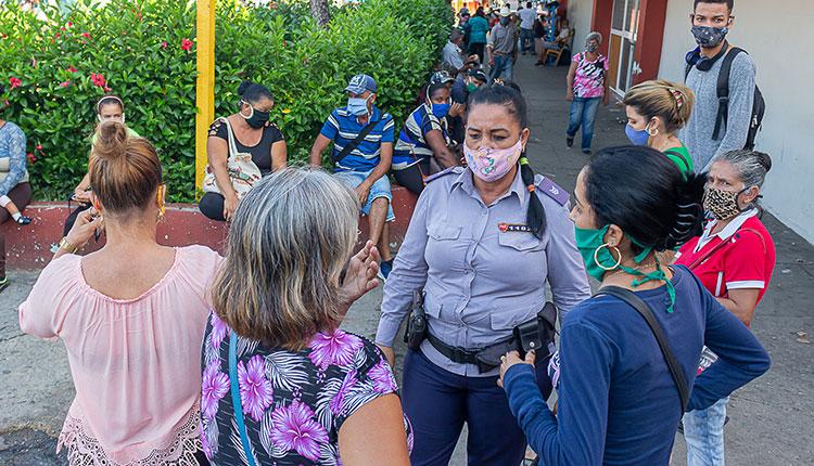 Capitana Deisy en su labor  educativa con personas que acuden a tiendas en el centro de la ciudad / Foto: Jaliosky Ajete Rabeiro