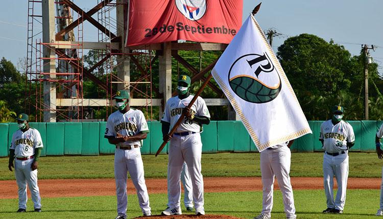 William Saavedra, capitán de la selección, recibió la bandera del conjunto de Pinar del Río.