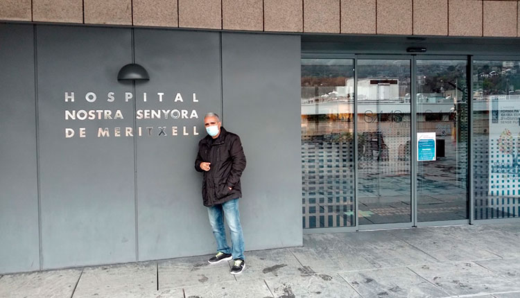 Frente a la fachada del hospital donde cumplió su misión humanitaria. / Foto: Cortesía del entrevistado
