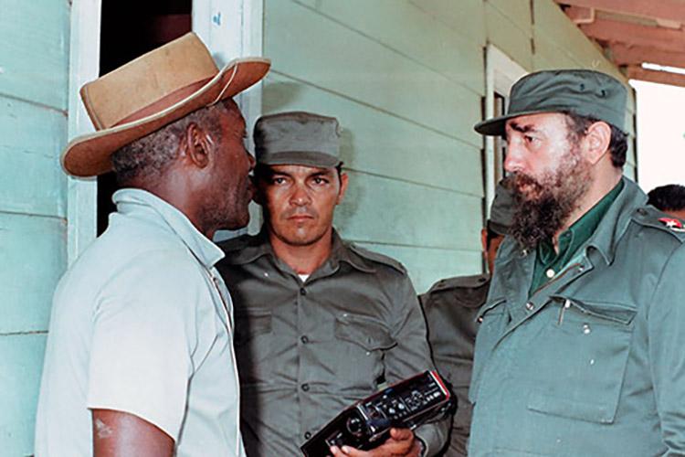 Fidel Castro Ruz en recorrido por San Juan y Martínez, zona afectada por el ciclón Alberto, el 9-6-1982.