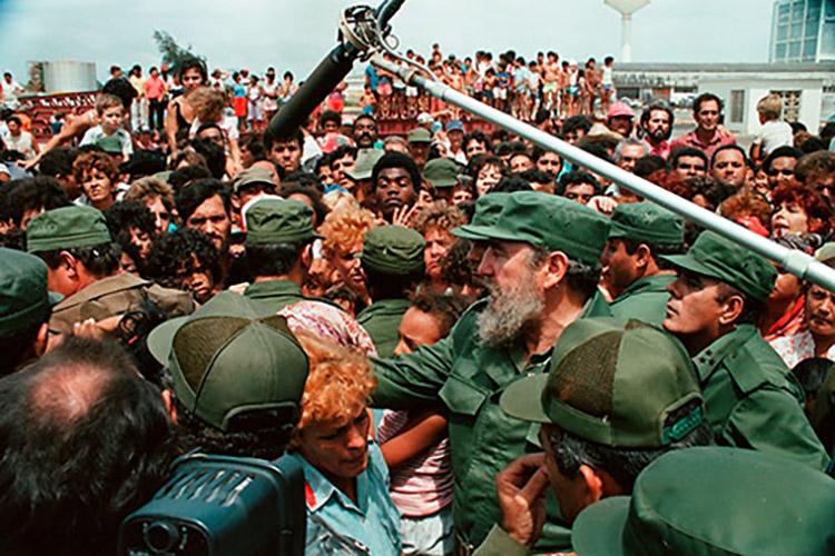 El Comandante en Jefe Fidel Castro Ruz, en La Coloma, afectada por el ciclón Gilbert, el 14-9-1988.