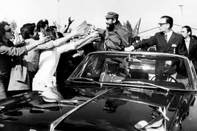 La visita de Fidel Castro fue un acontecimiento nacional y los chilenos esperaban el paso del líder cubano para saludarlo.