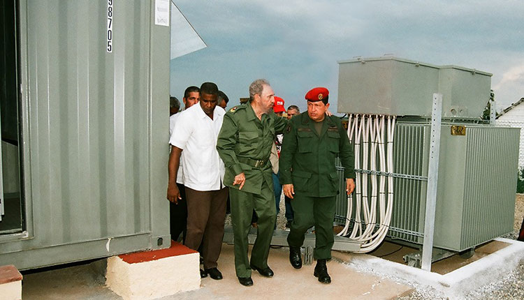 Fidel y Chávez en Sandino, PinardelRío, el 21 de agosto del 2005, para la celebración del programa de televisión Aló Presidente y la inauguración de Villa Bolívar (150 viviendas construidas por Venezuela con la cooperación de Cuba para personas afectadas por los huracanes).