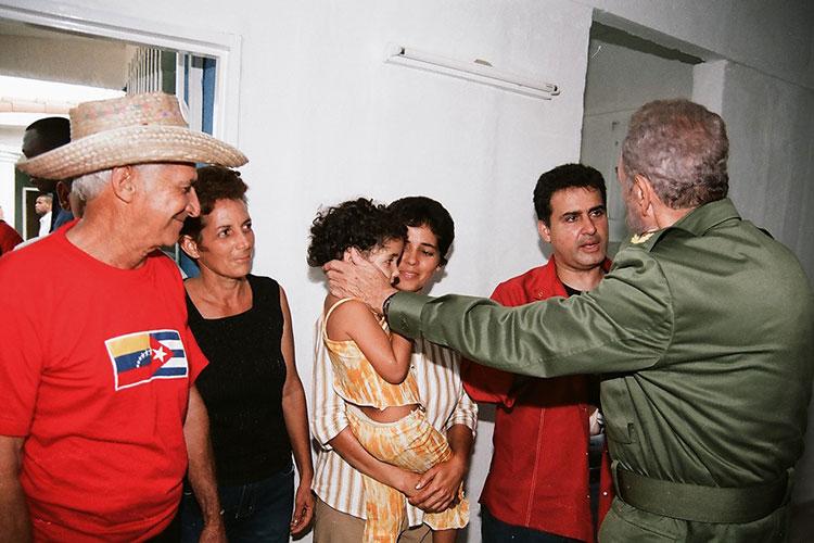 Fidel en Sandino, Pinar del Río el 21 de agosto del 2005, ese día acompañaba a #Chávez para la celebración del programa de televisión Aló Presidente y la inauguración de Villa Bolívar.Junto a una de las familias beneficiadas con la entrega de una de las viviendas construidas.