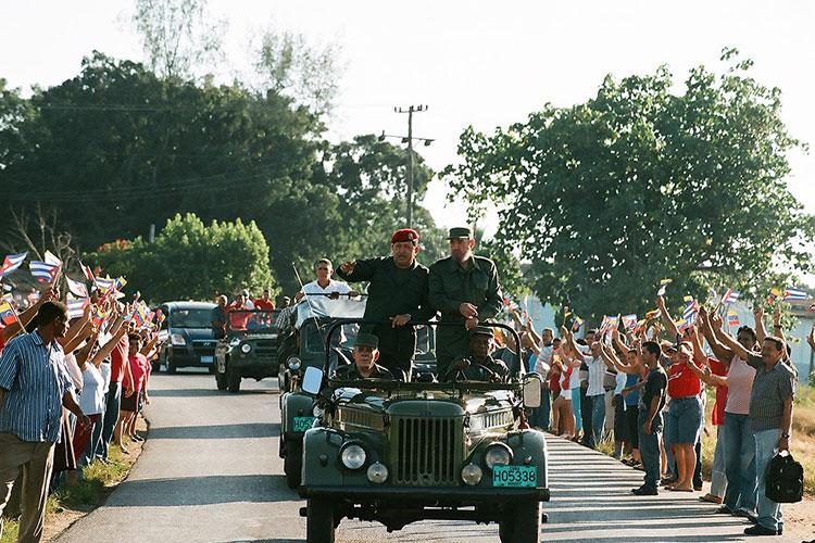 Fidel y Chávez en Pinar del Río, el 21 de agosto del 2005, cuando se dirigían hacia #Sandino para la celebración del programa de televisión Aló Presidente y la inauguración de Villa Bolívar