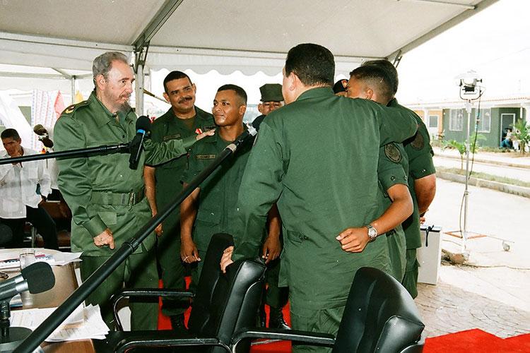 Fidel y Chávez en Sandino, Pinar del Río, el 21 de agosto del 2005, en la celebración del programa de televisión Aló Presidente y la inauguración de Villa Bolívar.Intercambian con oficiales y soldados venezolanos que participaron en la construcción de las viviendas