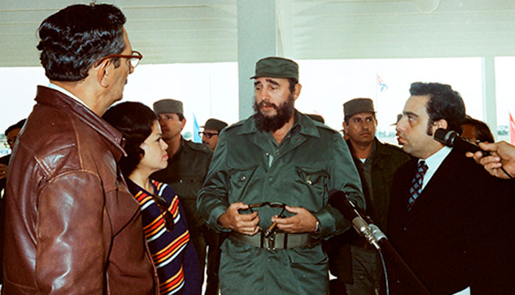 Cuando dejó inaugurado el IPVCE Federico Engels, el 27 de enero de 1978. Junto a él, Julio Camacho Aguilera, primer secretario del PCC en la provincia / Foto: Archivo.