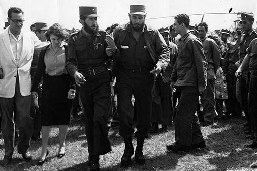 Acompañado por el comandante Dermidio Escalona, jefe del Frente Guerrillero de Pinar del Río, recorre áreas del cuartel Rius Rivera, el 17 de enero de 1959.