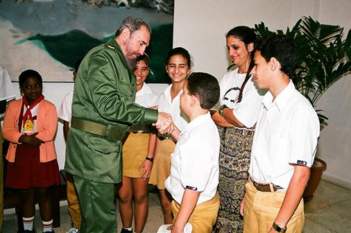 En la reinauguración del Palacio de Computación de Pinar del Río, el 17 de enero del 2001. Al concluir el acto saluda a los pioneros.