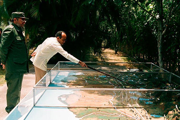 Fidel Castro Ruz, en Pinar del Río. Fidel Ramos Perera, Primer Secretario del PCC en la Provincia le muestra la maqueta que refleja las obras realizadas en Pinar del Río, presas, micropresas, tranques y red de canales, como parte del rescate de la voluntad hidráulica, el 30 de abril de 1988.