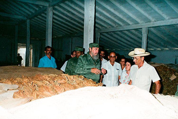Fidel Castro Ruz en la CPA Eliseo Caamaño, en Pilotos, Consolación del Sur, el 30-8-1992. Junto a él Fidel Ramos Perera, Primer Secretario del PCC Provincial y María del Carmen Concepción González, Primera Secretaria del PCC en Consolación del Sur.