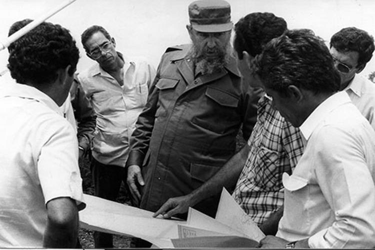 Fidel Castro Ruz, en recorrido por Pinar del Río. Ramón Rodríguez Velázquez, vicepresidente de la Asamblea Provincial del Poder Popular, explica a Fidel los planes de construcción de presas, micropresas y canales en Pinar del Río, el 7-07-1987