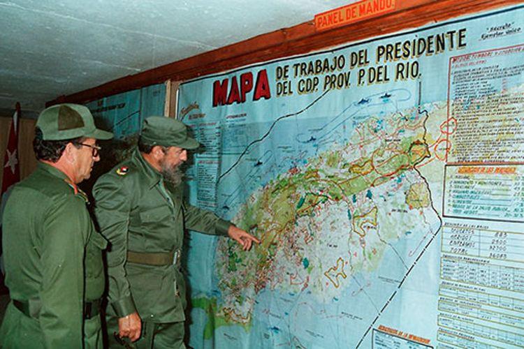 Fidel Castro Ruz en recorrido por Pinar del Río, durante el Ejercicio Bastión, el 11-12-1986. Junto a él Orlando Lugo Fonte, Primer Secretario del PCC en la Provincia