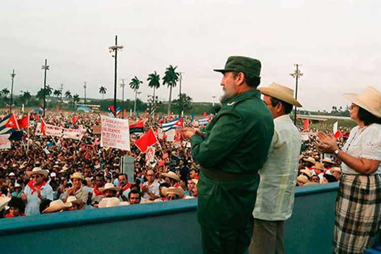 Fidel Castro Ruz, en Pinar del Río, en el acto por el Primero de Mayo, el 30 de abril de 1988, inauguración de la senda norte de la autopista, de la presa San Julián de San Cristóbal y de varios canales para el regadío en la provincia. Junto a él Vilma Espín y Fidel Ramos Perera, Primer Secretario del PCC en la Provincia.