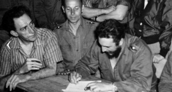 Fidel firma la primera Ley de Reforma Agraria