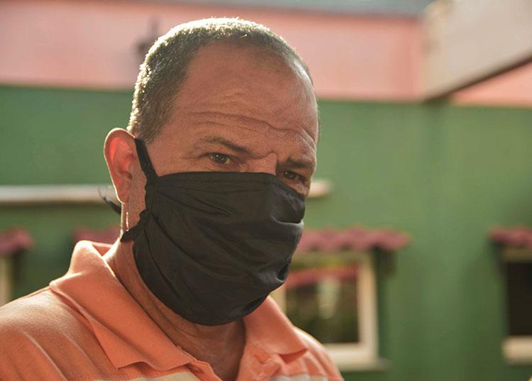 Ramón Curbelo Ortega, administrador del restaurante Pío Pío, espera que a partir de que la unidad preste servicio de la forma tradicional se logre que los clientes opten por esta modalidad de pago. / Foto: Pedro Paredes
