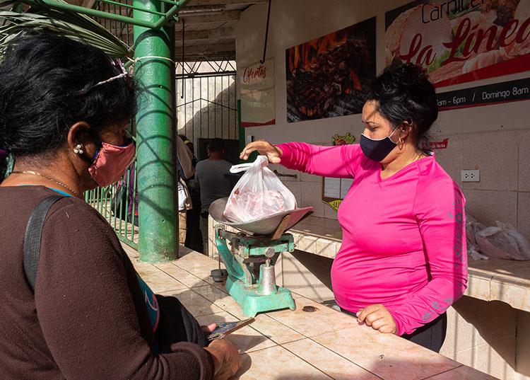 En visita al Mercado La Línea de la capital pinareña, el grupo de Supervisión Superior del Estado chequeó el comportamiento de los precios en la venta de carne de cerdo y otros productos agropecuarios / Foto: Jaliosky Ajete Rabeiro