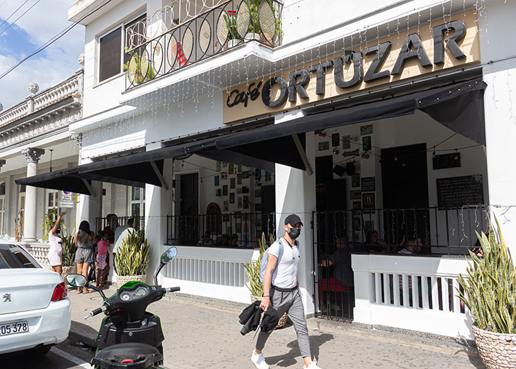Durante la visita al Café Ortúzar se interesaron por los precios de la carta y el funcionamiento interno del establecimiento. / Foto: Jaliosky Ajete Rabeiro