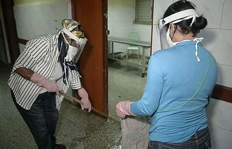 Los trabajadores del sector de la Cultura estuvieron en la vanguardia de las labores de higienización del Hospital Abel Santamaría.