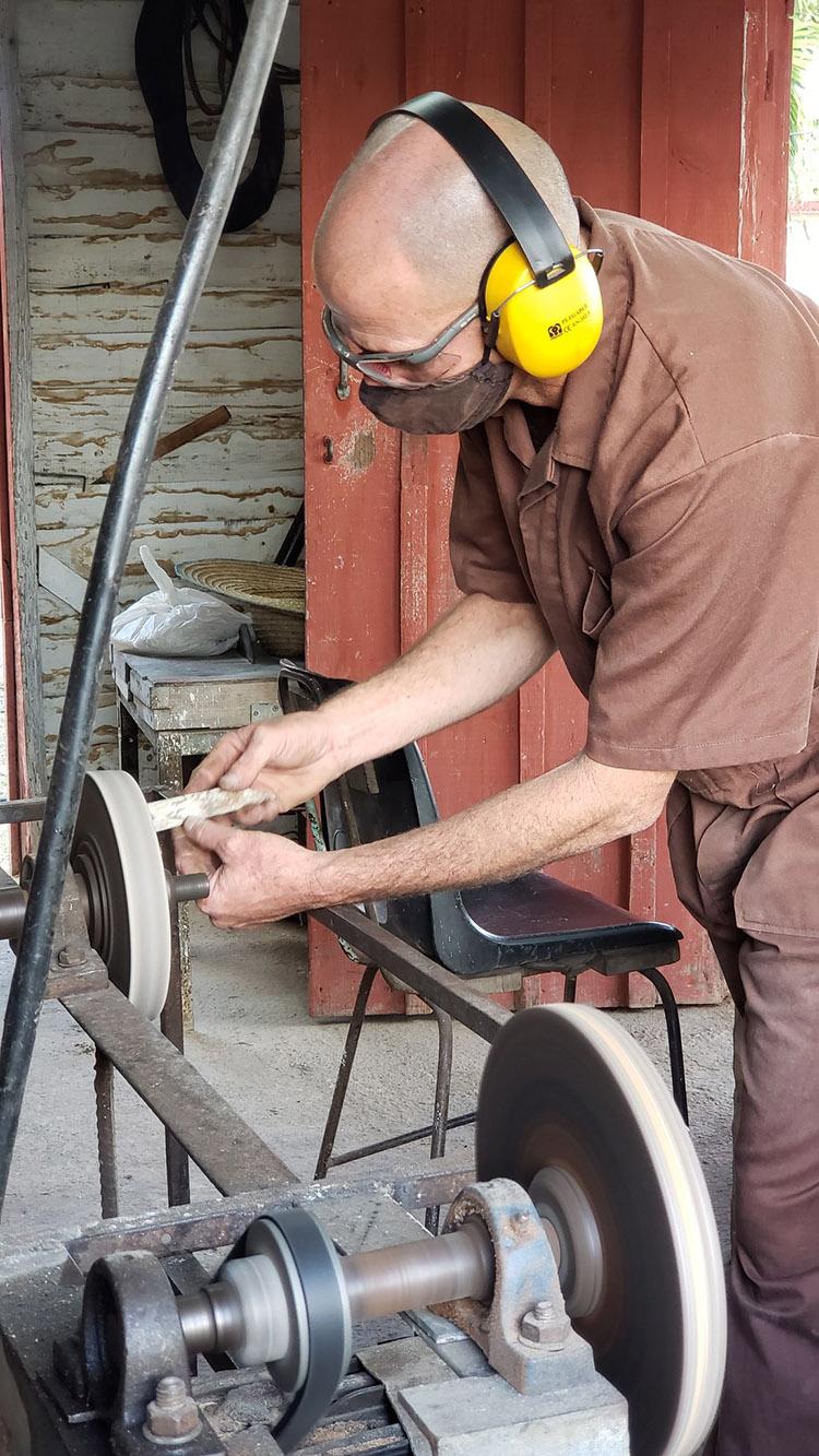 Luis Alberto en su taller de metales 3