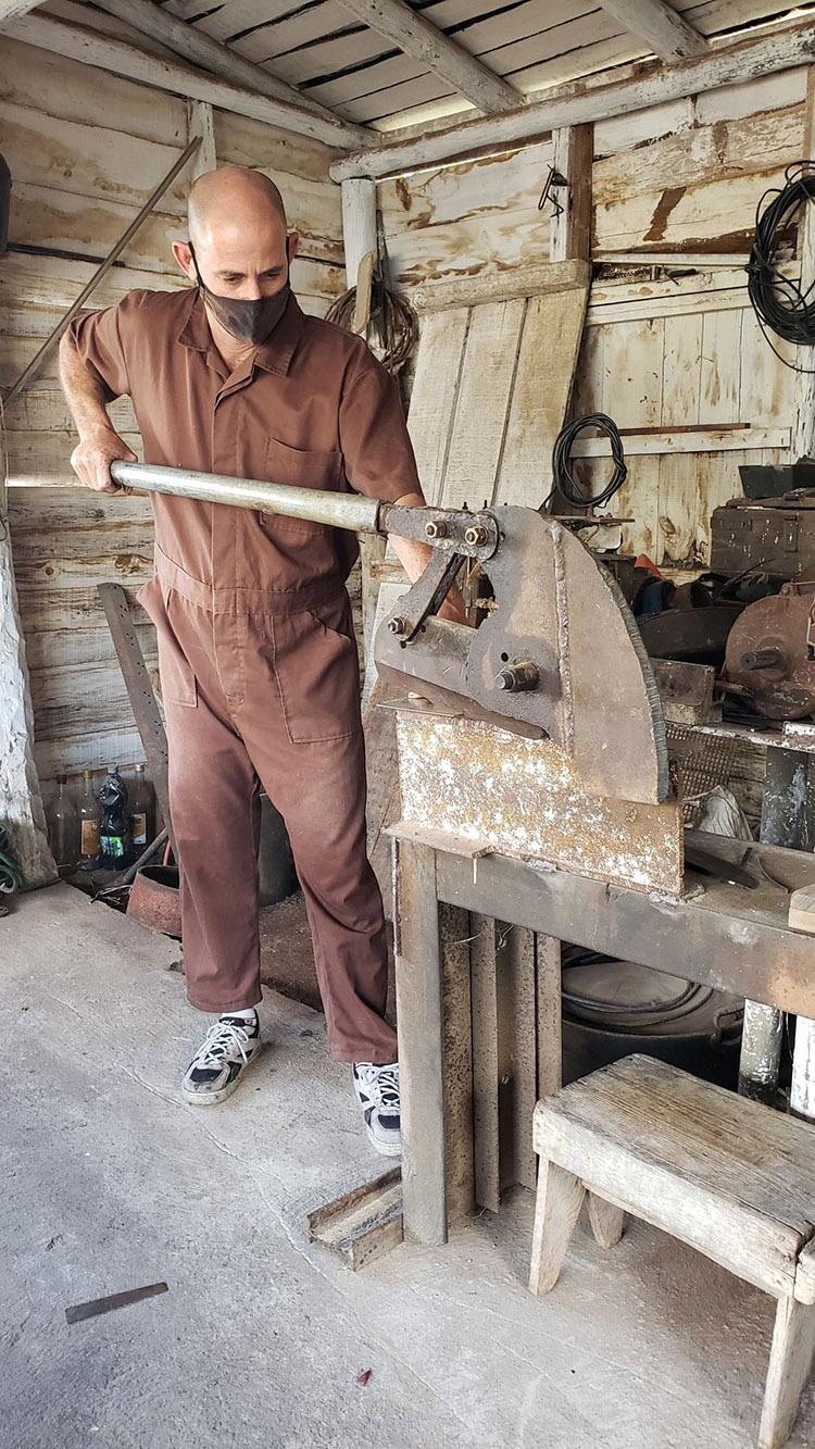 Luis Alberto en su taller de metales 4