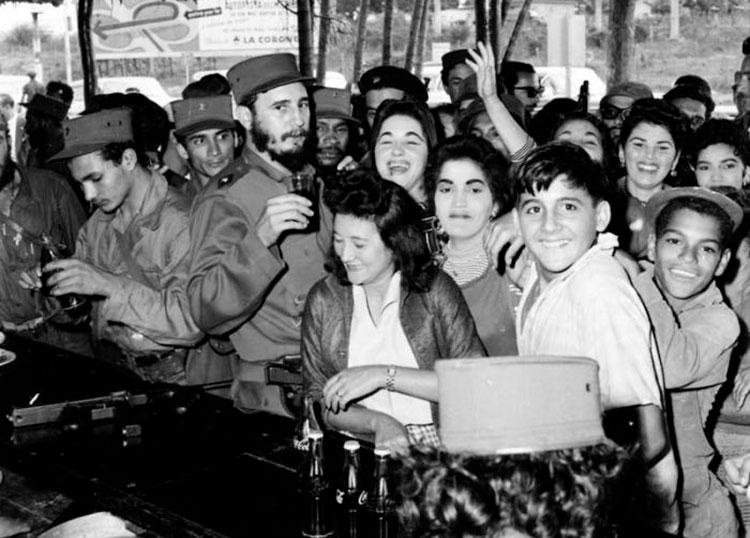 El líder de la Revolución intercambia con el pueblo en una cafetería. / Foto: Archivo del periódico Granma