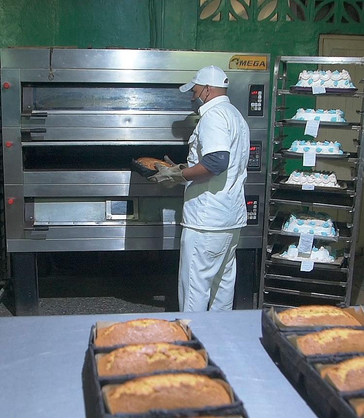 La elaboración de panque sustituyendo una porción de la harina tradicionalmente empleada por pulpa de calabaza permite incrementar los volúmenes de producción. / Foto: Pedro Paredes Hernández