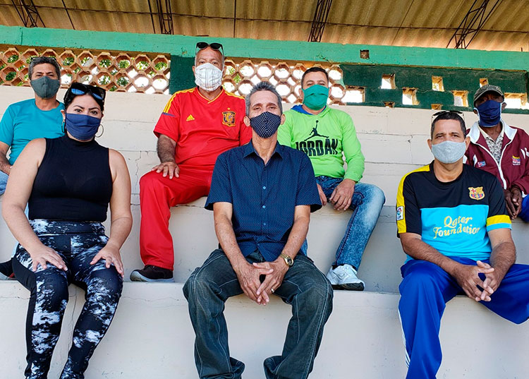 Al centro, José Alejandro con sus compañeros de trabajo. / Foto: Pedro Lázaro Rodríguez Gil